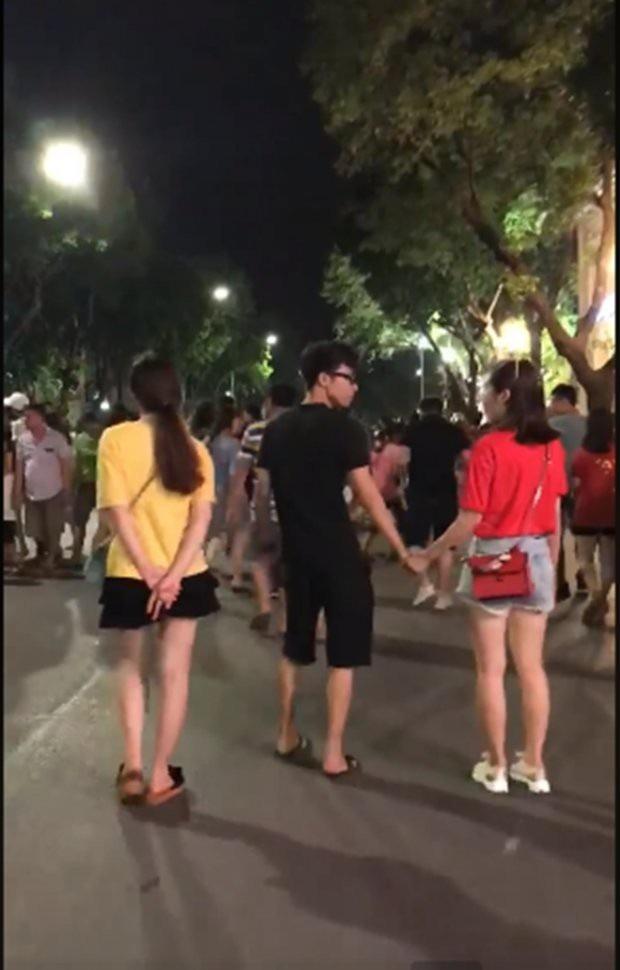 Ngát chạy lại nắm tay chàng trai đang đi cùng bạn gái trên phố đi bộ