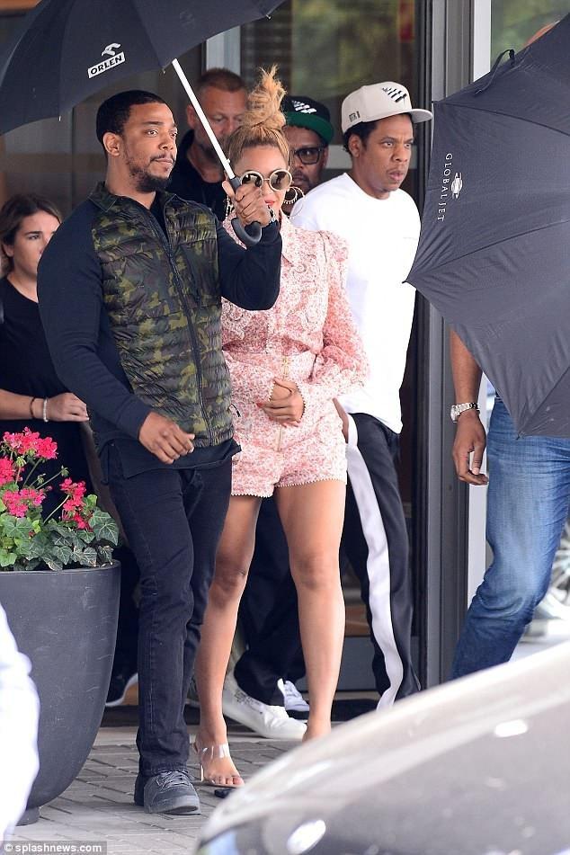 Beyonce (36 tuổi) và Jay Z (48 tuổi) hiện đang ở Warsaw, Ba Lan sau dịp cuối tuần biểu diễn tại đây.