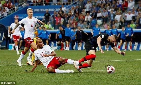 Rebic mang về quả phạt đền cho Croatia ở hiệp phụ thứ hai