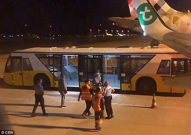 Tại sân bay ở Bồ Đào Nha, vị khách này được đưa tới bệnh viện để điều trị y tế khẩn cấp