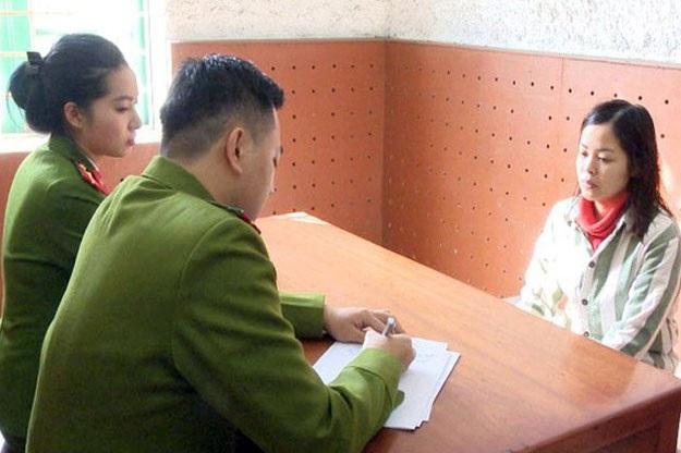 Lê Thị Thúy Hằng tại cơ quan công an (ảnh PC46)
