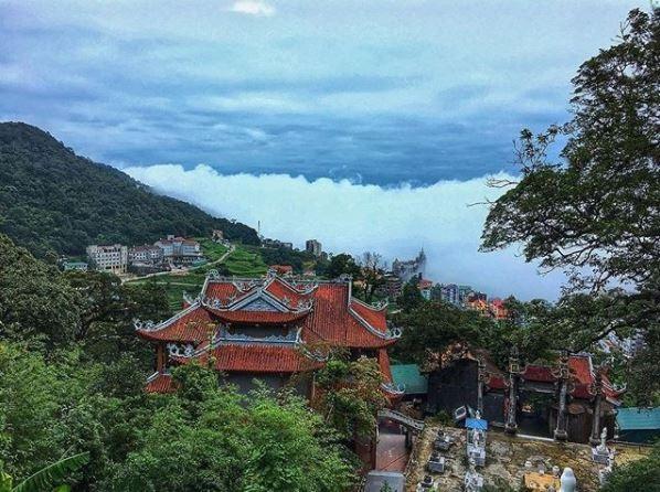 Đền Bà Chúa Thượng Ngàn ẩn hiện trong mây mù. Ảnh: @meiiminn
