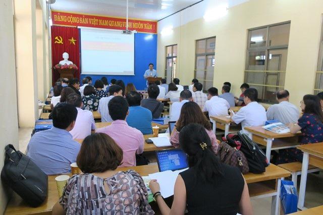 Đai diện Ban an toàn (Tổng Công ty điện lực miền Bắc) đang giới thiệu về công tác ATVSLĐ.