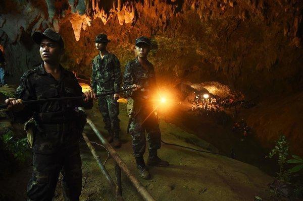 Binh sĩ Thái Lan tham gia cứu hộ. (Ảnh: NYTimes)