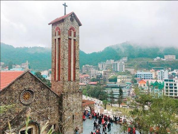 Nhà thờ đá cổ Tam Đảo được xây dựng năm 1906 trở thành một điểm du lịch không thể thiếu cho du khách khi tham quan Tam Đảo