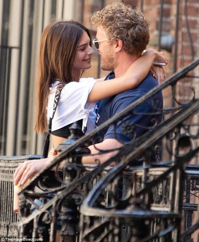 Emily Ratajkowski tình tứ bên chồng Sebastian Bear-McClard trên đường phố New York ngày 19/7 vừa qua