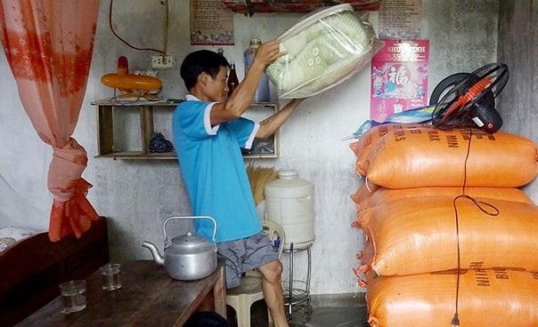Người dân phải kê cao tài sản tránh bị nước tràn vào.