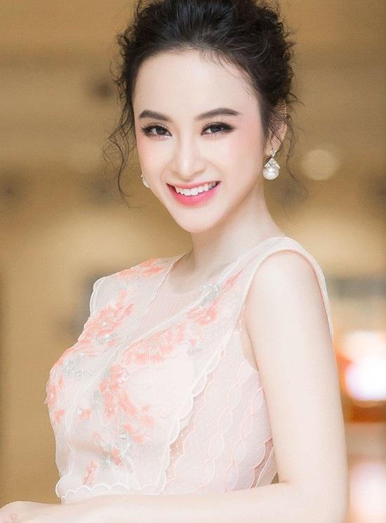 Hiện tại Angela Phương Trinh với nhan sắc xinh đẹp trở thành một trong những nữ hoàng thảm đỏ của showbiz Việt