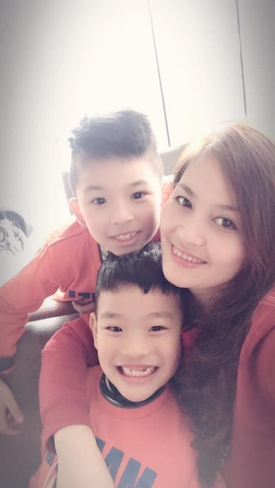 Hoa Thuý và hai con trai với người chồng hiện tại.