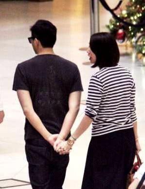 Nắm tay vợ là cách Trí Lâm thể hiện tình cảm và thói quen rất tự nhiên của ngôi sao điển trai xứ hương cảng.