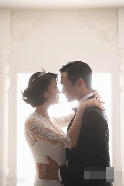 """Trương Trí Lâm luôn tự hào về bà xã và hai từ """"ngoại tình"""" không bao giờ có trong """"từ điển"""" cuộc sống của anh. Trong mắt nam diễn viên ngoài tứ tuần, Vịnh Nghi là một phụ nữ hoàn hảo. Cô không chỉ xinh đẹp, tài năng mà còn là một người vợ chu đáo tuyệt vời và giàu đức hi sinh."""