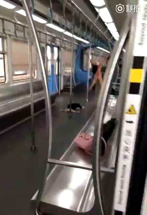 Cô gái bất ngờ cởi bỏ hết quần áo sau khi đã tấn công người khác