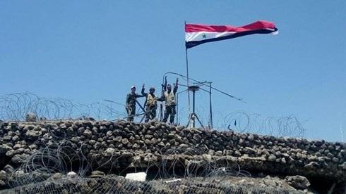 Binh sĩ quân đội Syria tại Quneitra ăn mừng chiến thắng. Ảnh: Reuters