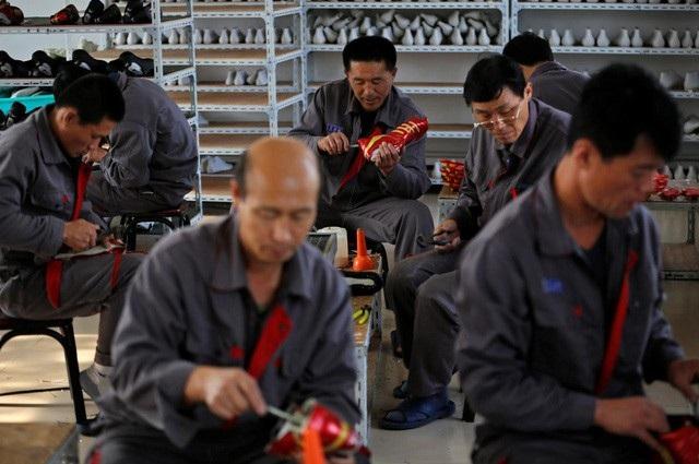 Công nhân Triều Tiên làm việc trong nhà máy giầy ở thành phố Đan Đông, Trung Quốc (Ảnh: Reuters)
