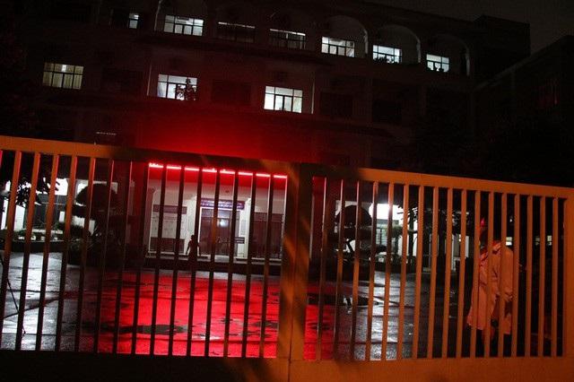 Phòng làm việc của đoàn xác minh điểm thi bất thường sáng đèn làm việc xuyên đêm.