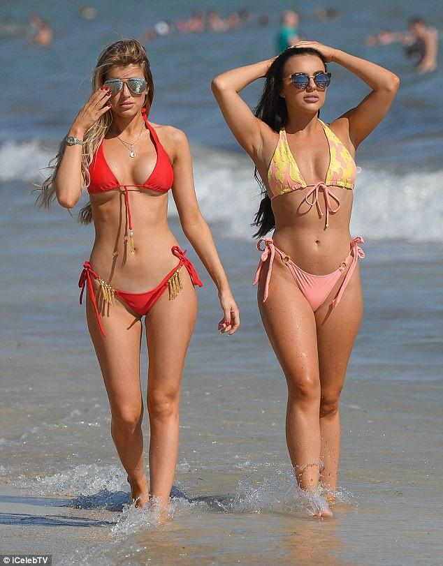 Hayley Hughes và Rosie Williams quyến rũ sải bước trên bãi biển Majorca ngày 20/7 vừa qua