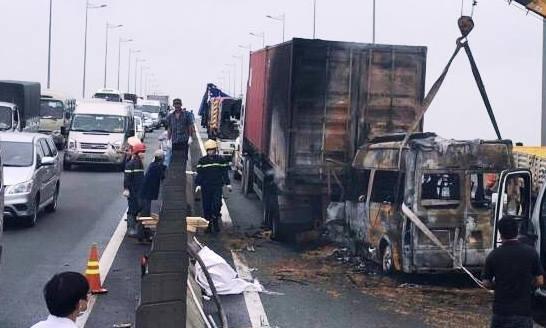 Xe khách bốc cháy ngùn ngụt, 2 người trên xe tử vong - 7