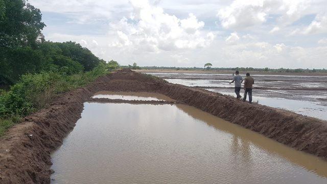 Bờ kênh bị khai thác đất.