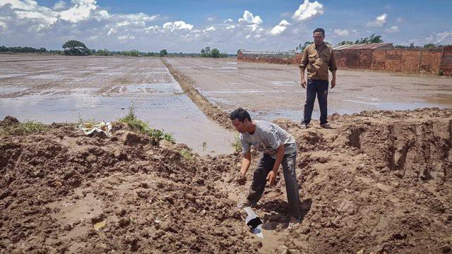 Việc khai thác đất theo phản ánh của người dân đã làm ảnh hưởng đến sản xuất nông nghiệp.