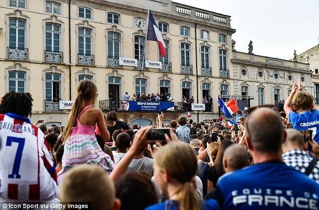 Hàng nghìn người dân ra đường chào đón người hùng Griezmann - 3