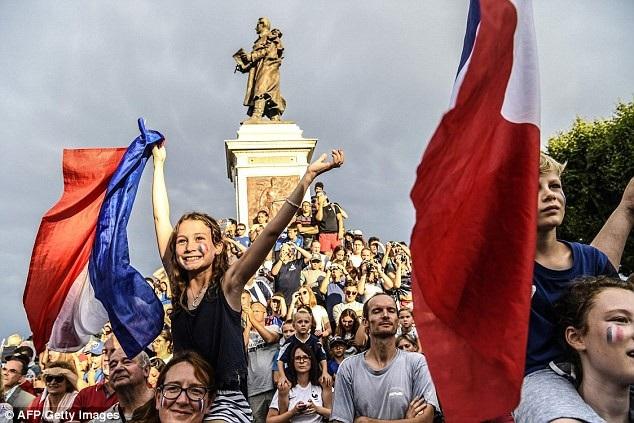 Hàng nghìn người dân ra đường chào đón người hùng Griezmann - 4