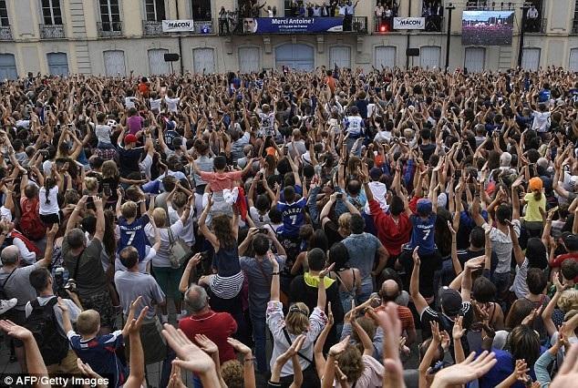 Hàng nghìn người dân ra đường chào đón người hùng Griezmann - 5