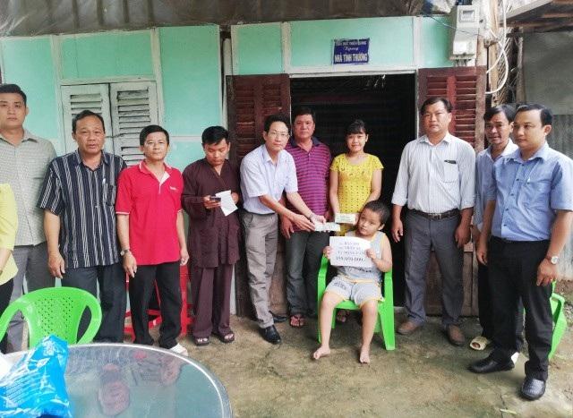 PV Dân trí trao tiền bạn đọc cho 2 chị em Mộng Cầm, Mộng Nguyên trước sự chứng kiến của đại diện lãnh đạo Ban, ngành địa phương.