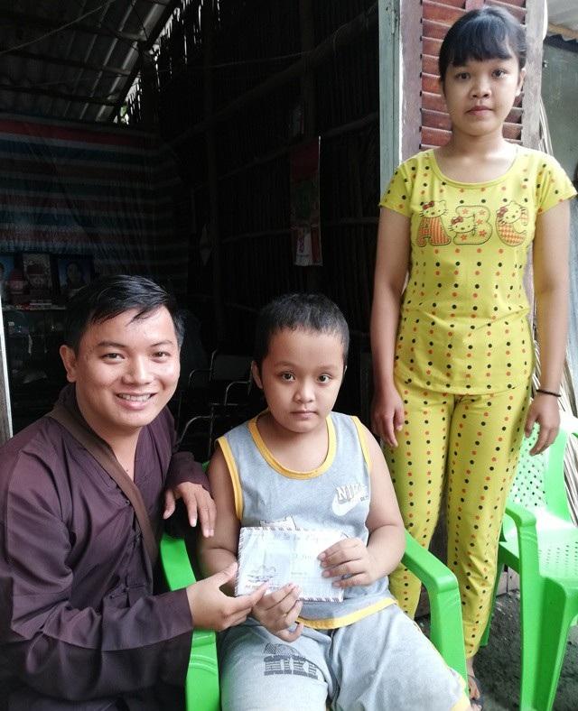 Đại diện nhà hảo tâm cũng trao 7,1 triệu đồng cho 2 chị em Mộng Cầm.