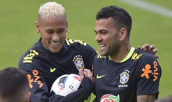 Neymar (trái) và Alves (phải) là những người đồng đội thân thiết ở ĐT Brazil và PSG