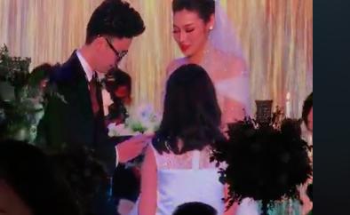 Cô dâu chú rể trao nhau nhẫn cưới.