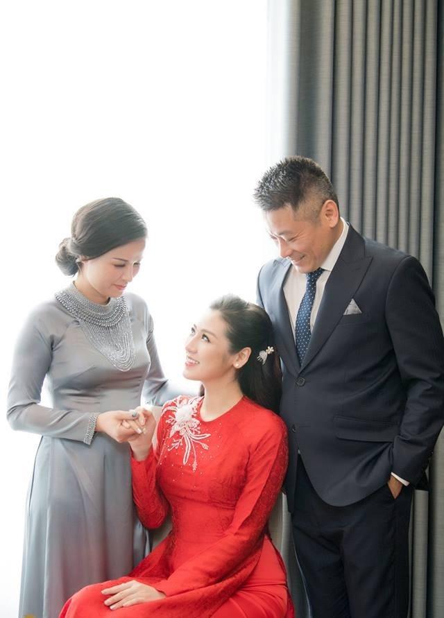 Cô tình cảm bên cha mẹ trong ngày trọng đại. Sinh ra trong một gia đình nền nếp, Á hậu Tú Anh luôn được dạy dỗ về cách ứng xử văn minh và nền nếp, đó là kính trên nhường dưới và tôn trọng ý kiến của bậc phụ huynh.