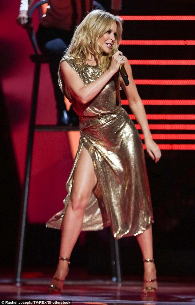 Ca sỹ xinh đẹp Kylie Minogue trình diễn trên truyền hình ngày 21/7 vừa qua