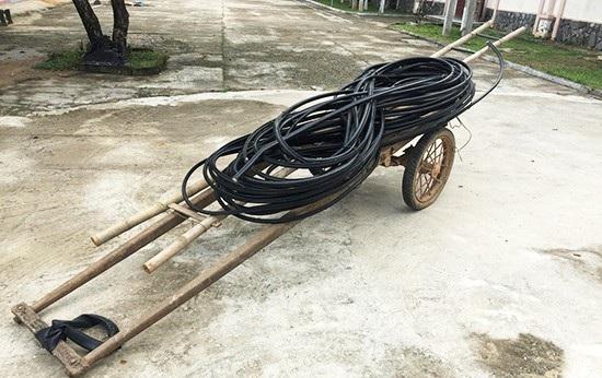 Tang vật thu giữ được tại hiện trường của vụ cắt trộm cáp viễn thông ở huyện Phú Ninh