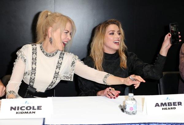 Nicole Kidman và Amber Heard thân thiết trò chuyện suốt trong sự kiện
