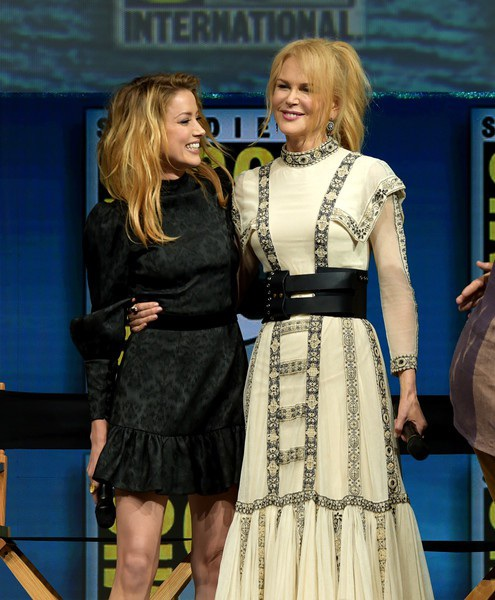 Cô và đàn chị Nicole Kidman trao cho nhau nhiều cử chỉ thân mật