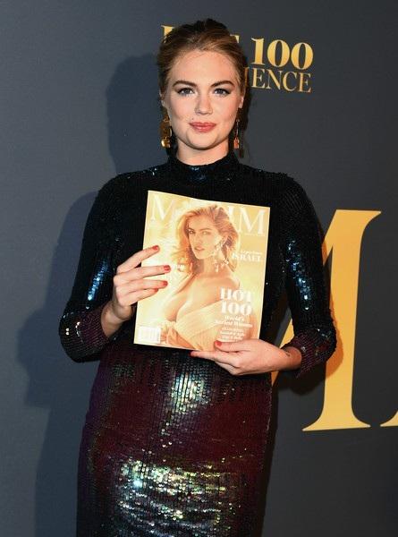 Bà bầu 26 tuổi rạng rỡ cầm trên tay tờ tạp chí Maxim có hình cô trên bìa
