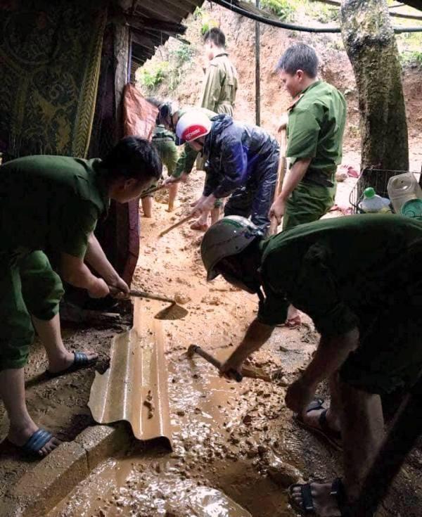 Các chiến sĩ đang khắc phục nhà cho người dân.