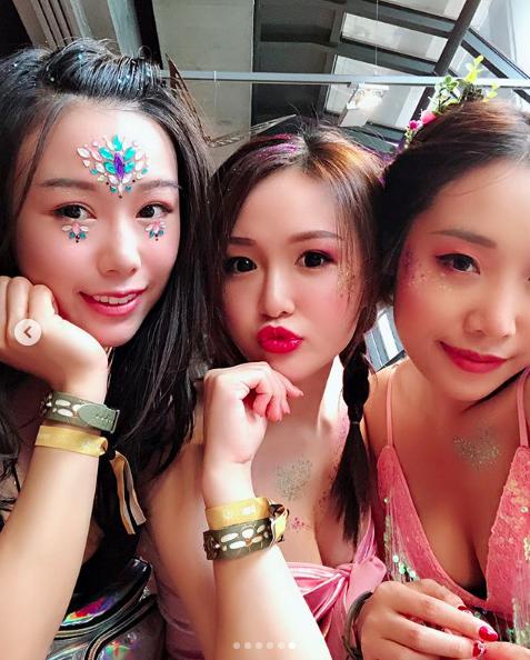 Vẻ đẹp nóng bỏng của các cô gái trong lễ hội nhạc điện tử lớn nhất thế giới - 9