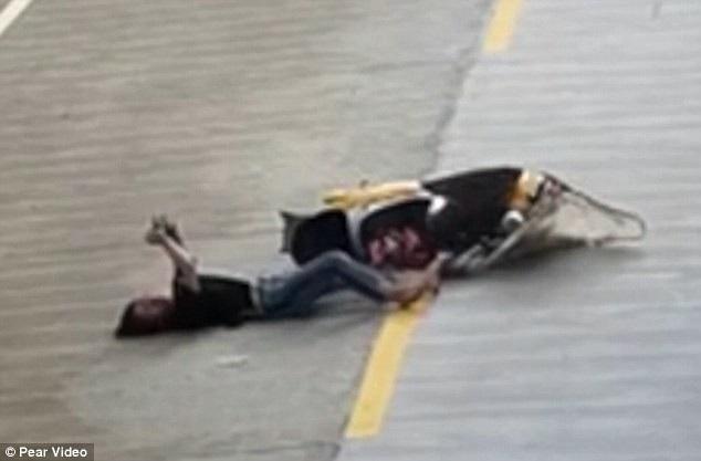 Bị tai nạn vẫn bình tĩnh chơi điện thoại