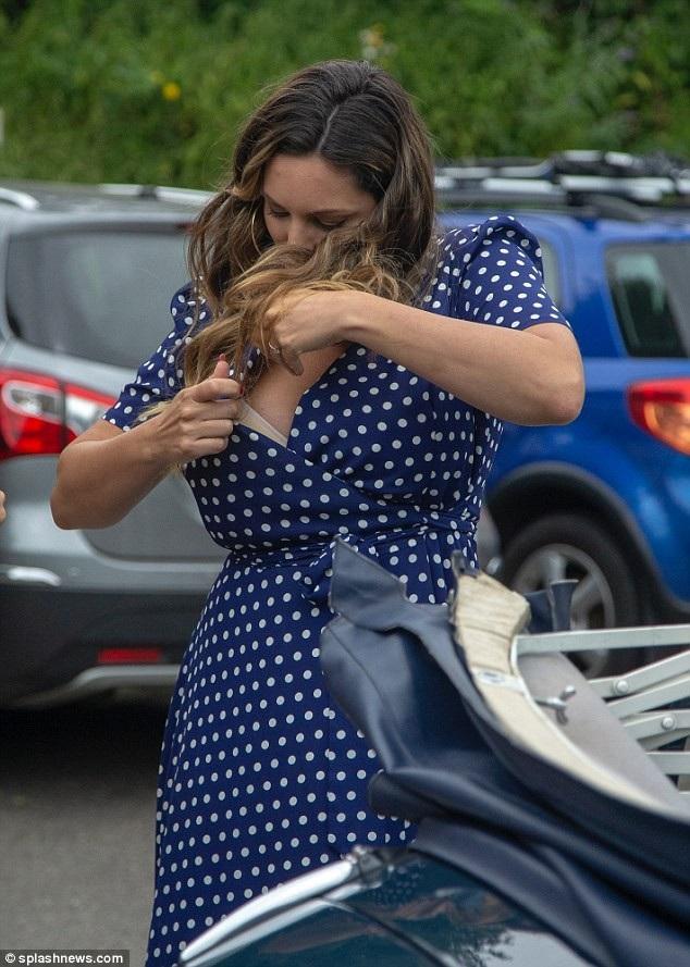Siêu mẫu Kelly Brook chỉnh trang váy áo rất phô trên đường phố London ngày 21/7 vừa qua