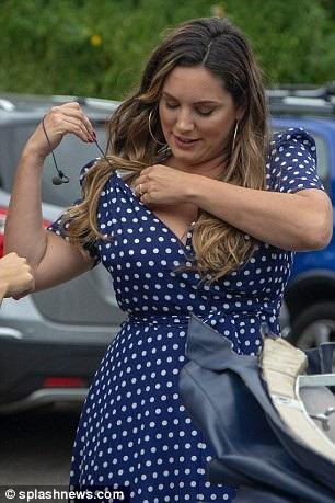Người đẹp gặp sự cố với chiếc microphone lồng vào áo khi quay show truyền hình Antiques Roadshow