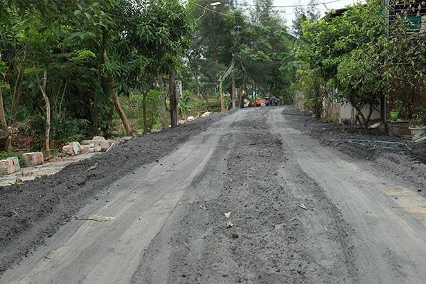 Một đoạn đường ở phường Trần Phú, thành phố Hà Tĩnh vừa được san lấp bằng tro, xỉ từ của Nhà máy Nhiệt điện Vũng Áng 1.