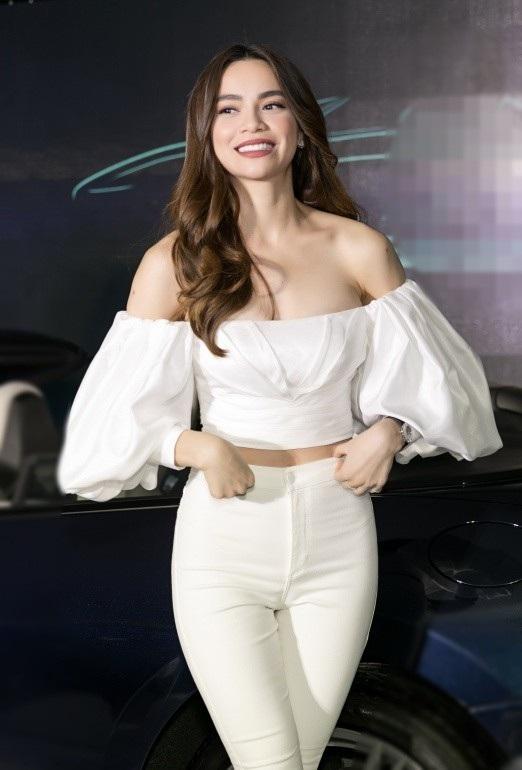 Xuất hiện tại sự kiện sau khi về Việt Nam, Hồ Ngọc Hà nhanh chóng trở thành tâm điểm. Cô chọn áo cúp ngực khoe vai trần gợi cảm với thần thái rạng ngời, cuốn hút.