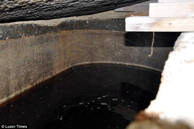 Chất lỏng màu đỏ nâu bên trong quan tài 2.000 tuổi mới được mở nắp ở Ai Cập (Ảnh: Luxor Times)