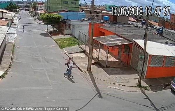 Cô gái tung chân tấn công tên cướp khi nhận thấy hắn sơ hở khiến tên cướp hoảng sợ bỏ chạy