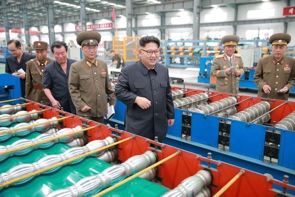 Nhà lãnh đạo Triều Tiên Kim Jong-un thị sát một nhà máy Triều Tiên. (Ảnh minh họa: Reuters)