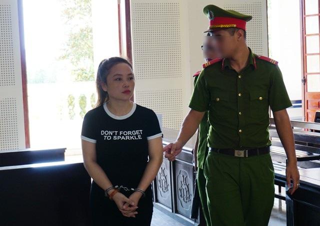 Bị cáo Lô Thị Hà được dẫn giải về trại giam sau khi phiên tòa kết thúc