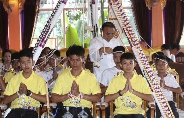 Đội bóng thiếu niên Thái Lan làm lễ cầu an trong chùa (Ảnh: AP)