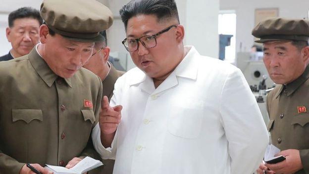 Nhà lãnh đạo Kim Jong-un thị sát một nhà máy tại Triều Tiên (Ảnh: KCNA)