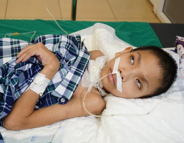 Nhiễm vi trùng uốn ván, sau 7 tháng chiến đấu, bé Trần Đăng Trường đã vượt qua lưỡi hái tử thần nhưng việc chữa trị còn hết sức gian nan do di chứng để lại quá nặng nề.